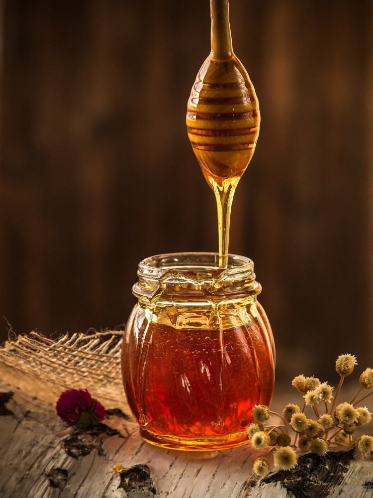 Köhögés ellen házilag hasznos a méz fogyasztása.